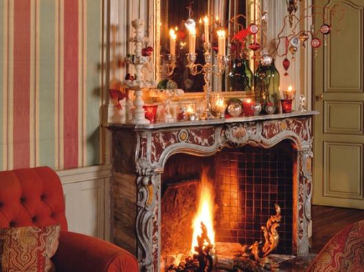 Salon avec cheminŽe marbre rouge veinŽ de blanc,gde glace trumeau,canapŽ rouge,tissus bayadre au mur,dŽcor de no'l